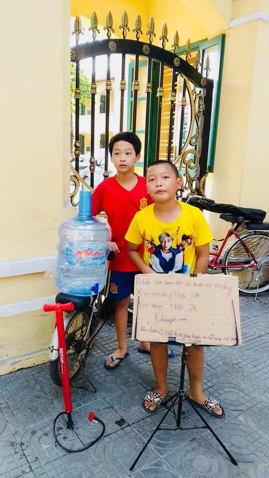Từ khi học cấp 1, anh em Khang, Minh đã được bố tập cho cách kiếm sống để biết quý trọng đồng tiền (Ảnh nhân vật cung câp)