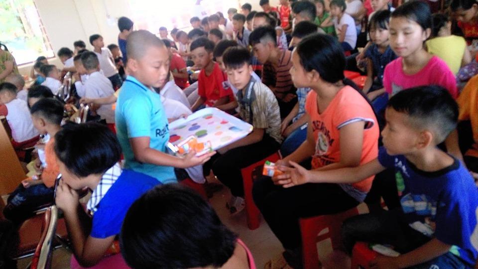 Từ nhỏ, Bảo Minh (áo xanh ) đã ý thức làm những công việc thiện nguyện. Con lấy tiền đi hát xẩm để chia sẻ với những bạn khó khăn(Ảnh nhân vật cung cấp)