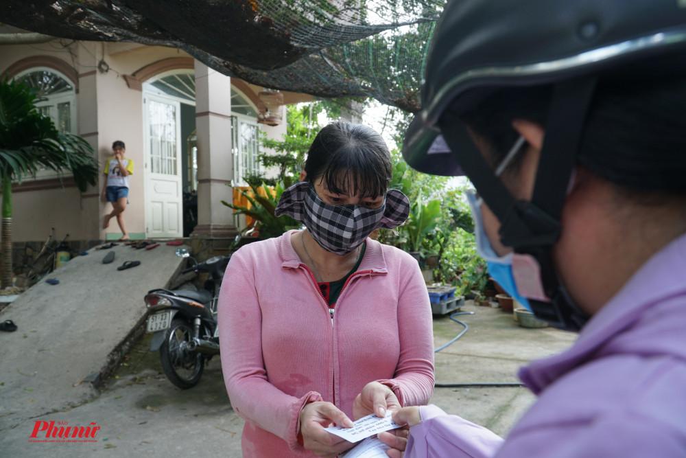 Bên cạnh việc lấy thông tin, đại diện khu phố còn tặng phiếu nhận quà từ mạnh thường quân cho bà con có hoàn cảnh khó khăn