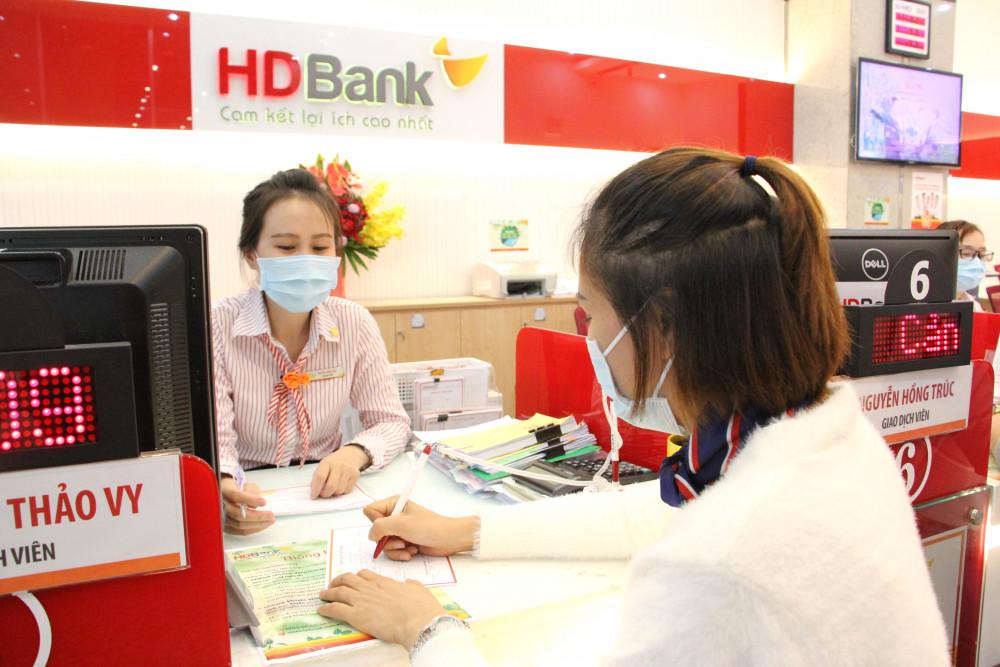 Giao dịch tại HDBank mùa COVID. Ảnh: HDBank