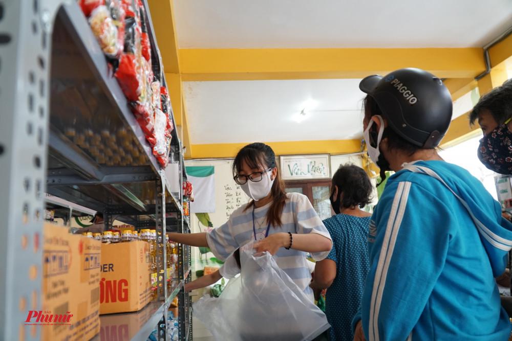 Khá nhiều người còn lúng túng khi đi siêu thị, tình nguyện viên đã nhanh chóng đến hỗ trợ người dân