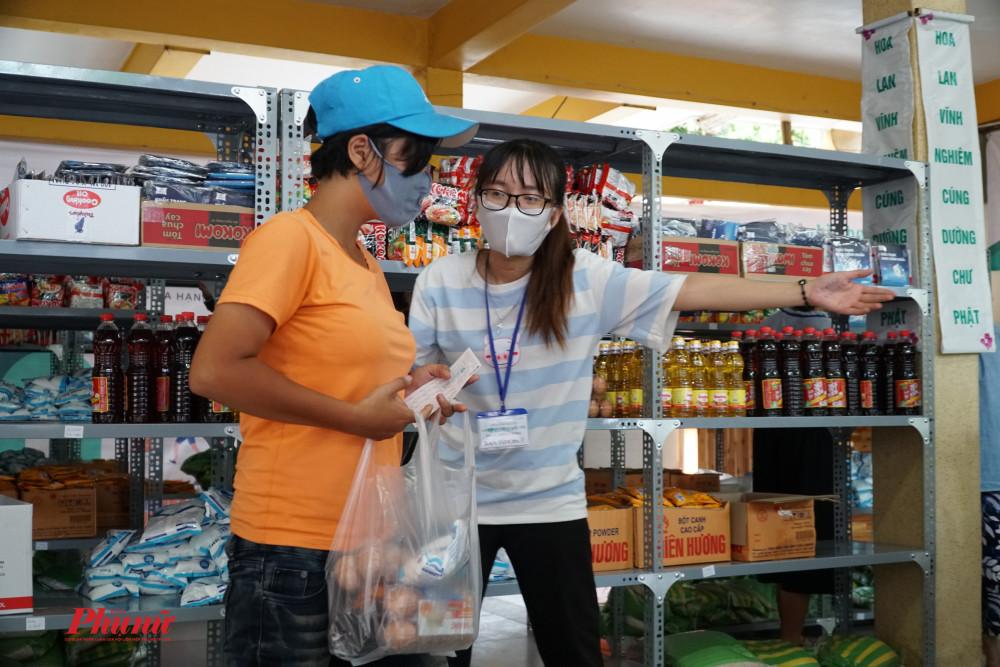 sau khi mua sắm , người dân được hướng dẫn ra ngoài bằng lối đi khác để tránh ùn tắc, đông người