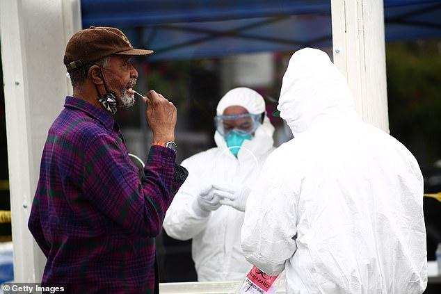 Một người vô gia cư tại Los Angeles, California được xét nghiệm COVID-19 hôm 20/4.