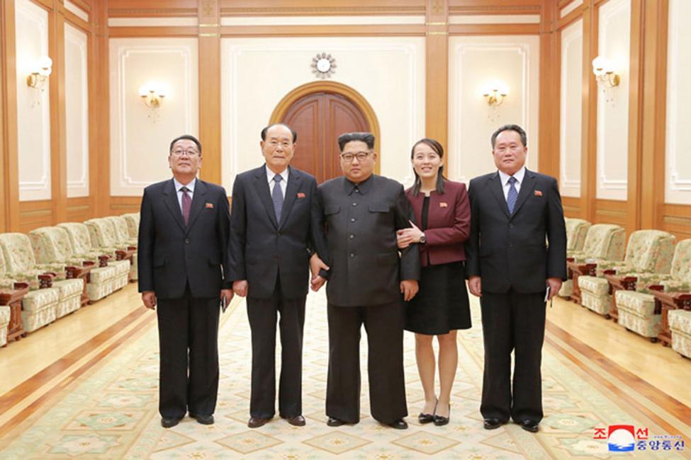 """Kim Yo-jong, thứ hai từ phải sang, có thể nắm quyền lãnh đạo Triều Tiên nếu anh trai bà, ông Kim Jong-un, """"bị mất khả năng"""" - Ảnh: KCNA"""