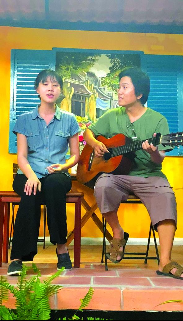 Đến giờ, với Hoàng Trang (trái), hát vẫn như một cách giải trí