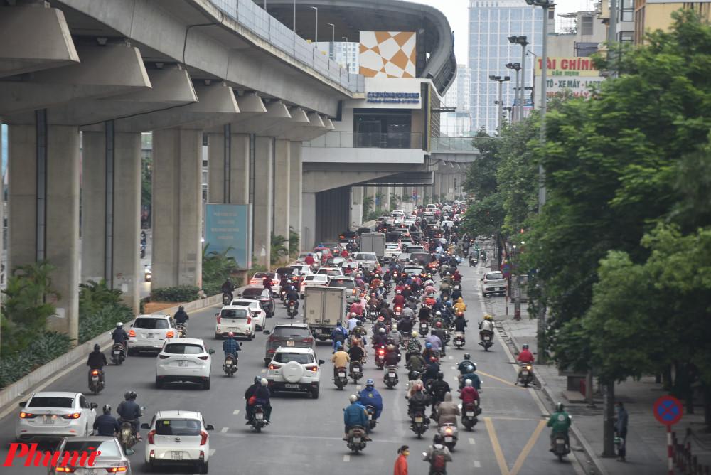 Phố Nguyễn Trãi cũng xuất hiện cảnh tượng ùn ứ từ lúc sáng sớm.