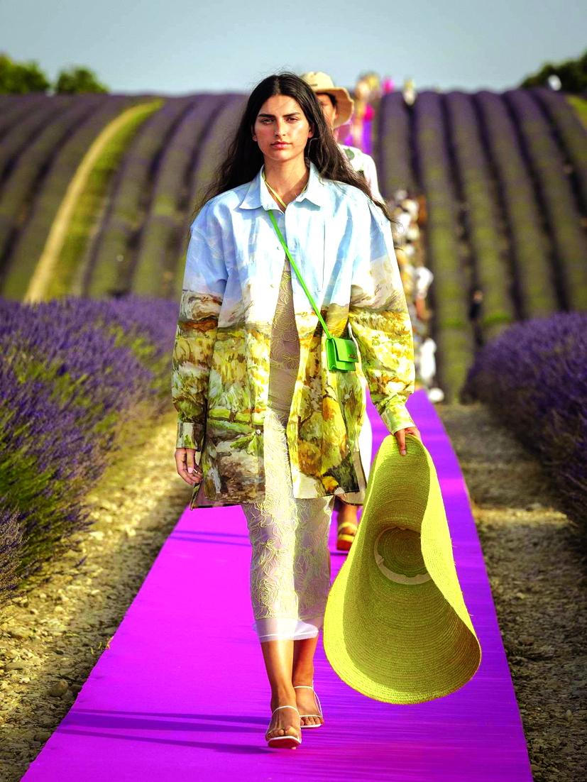 Một thiết kế của Jacquemus được trình diễn trên cánh đồng hoa oải hương