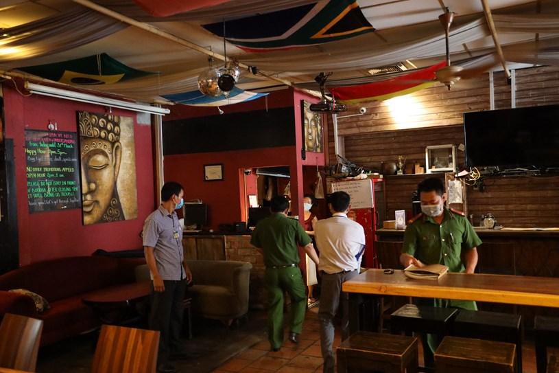 Đoàn liên ngành đến thông báo giải tỏa cách ly quán bar Buddha chiều 23/4/2020. Ảnh: Đình Nguyên