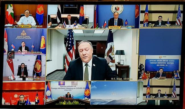 Ngoại trưởng Mỹ Mike Pompeo (giữa) trong cuộc họp trực tuyến với Bộ trưởng Ngoại giao các nước ASEAN ngày 23/4
