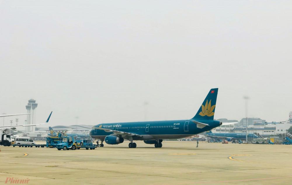 Nhiều hãng hàng không tung chương trình khuyến mãi, giá vé giảm nhiều chặng ngay khi nơi lỏng cách ly xã hội. Ảnh: Quốc Thái