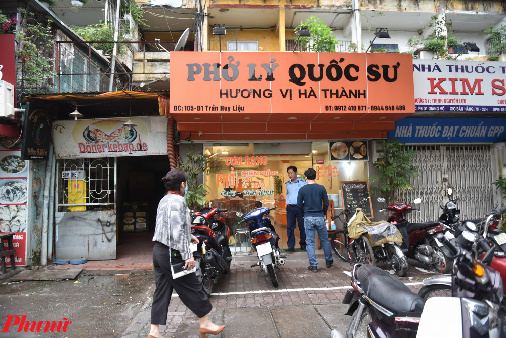 Nhiều người Hà Nội đã mong chờ hàng phở mở cửa trở lại trong gần 1 tháng nay. Đây là món ăn sáng quen thuộc được nhiều người dân Thủ đô lựa chọn, nhưng trong thời điểm cách ly xã hội, thói quen này cũng phải tạm dừng.