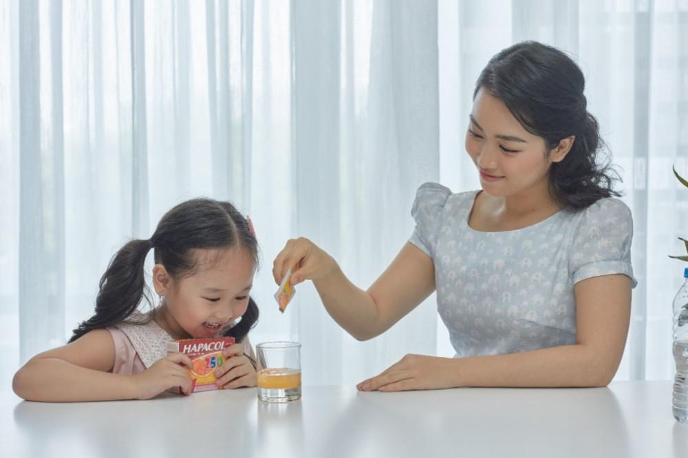 Cho trẻ uống thuốc hạ sốt đúng liều khi trẻ sốt trên 38,5 độ C. Ảnh: Hapacol