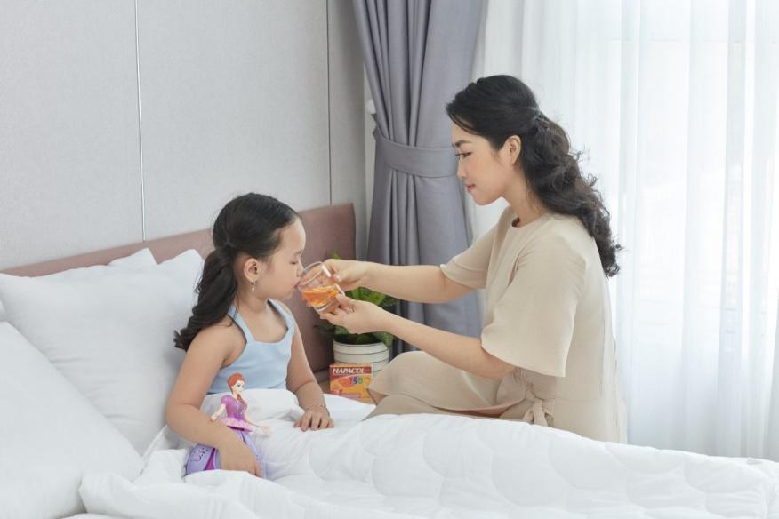 Nếu trẻ bị sốt do bệnh giao mùa, cha mẹ bình tĩnh hạ sốt và chăm sóc bé tích cực tại nhà. Ảnh: Hapacol