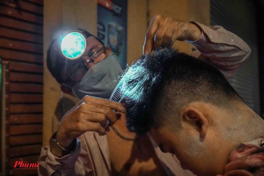 Nhiều vị khách trẻ tuổi vẫn chọn hớt tóc vỉa hè làm nơi gửi niềm tin' cho mái tóc của mình
