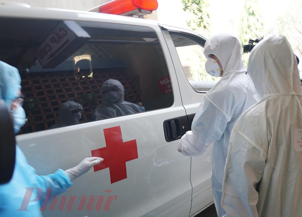 Diễn tập cấp cứu tại hiện trường với trường hợp nghi mắc COVID-19 tại Bệnh viện Thống Nhất TPHCM.