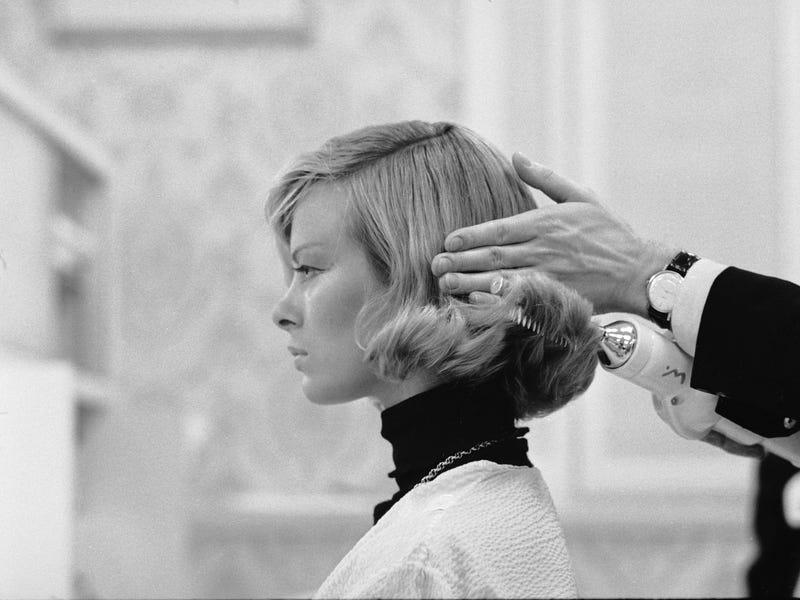 Chiếc đũa uốn tóc đã mang đến cho phụ nữ mái tóc bồng bềnh hoàn hảo.