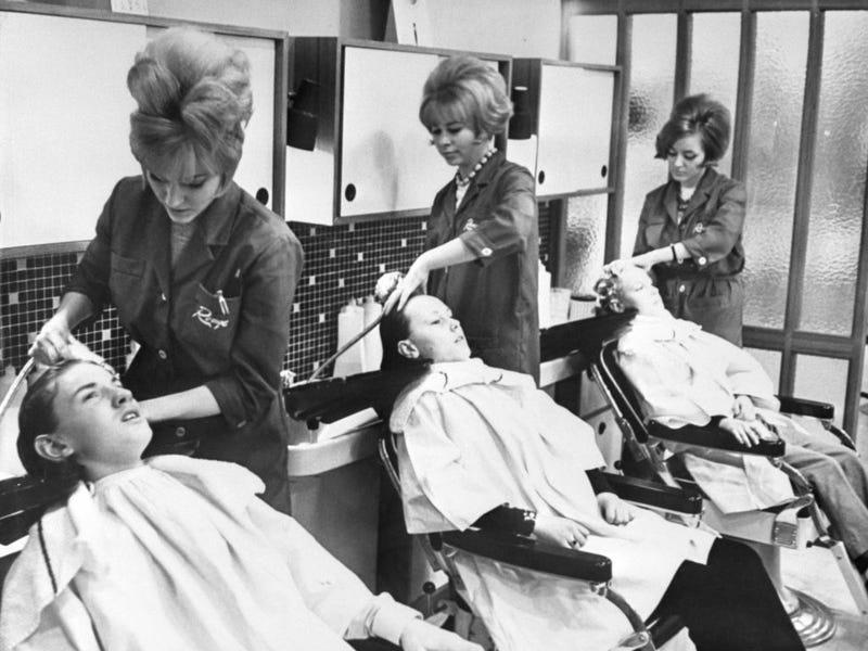 Những người thợ làm tóc những năm 50-60 có mái tóc rất ấn tượng, họ mặc đồng phục khi làm việc.