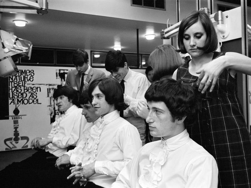 Đàn ông cũng theo kịp xu hướng, tạo kiểu tóc sau các ban nhạc nổi tiếng của Anh bao gồm The Kinks và The Beatles