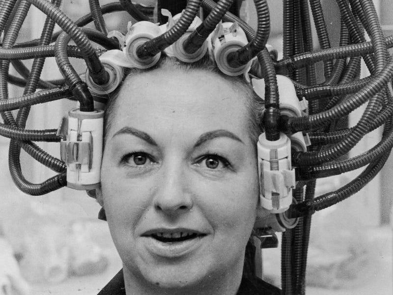 Theo thời gian, những chiếc máy sấy tóc trở nên sáng tạo hơn, hứa hẹn sẽ giảm thời gian sấy. Đây là loại máy sấy JetStream , chỉ 5 phút cung cấp nhiệt nóng trực tiếp đến dụng cụ uốn giảm thời gian sấy xuống một nửa so với các thiết bị khác.