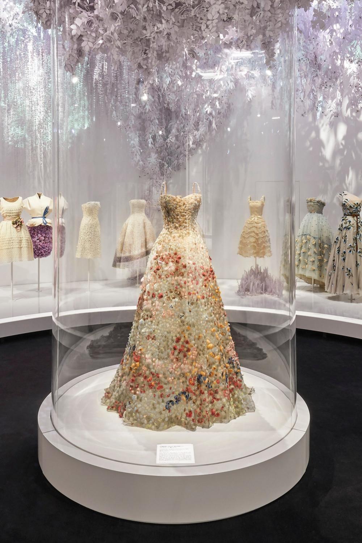 Hình ảnh tại triển lãm Christian Dior: Designer of Dreams.