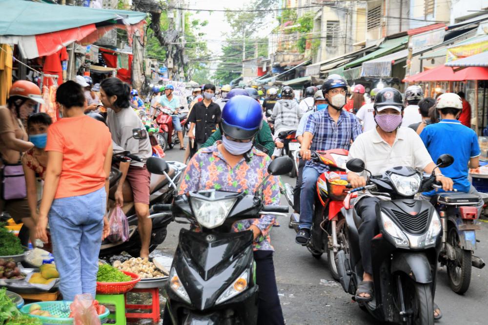 Theo ghi nhận của phóng viên báo Phụ Nữ TPHCM tại các chợ dân sinh TPHCM nhiều nơi khá nhộn nhịp sau lệnh nới lỏng giãn cách trong