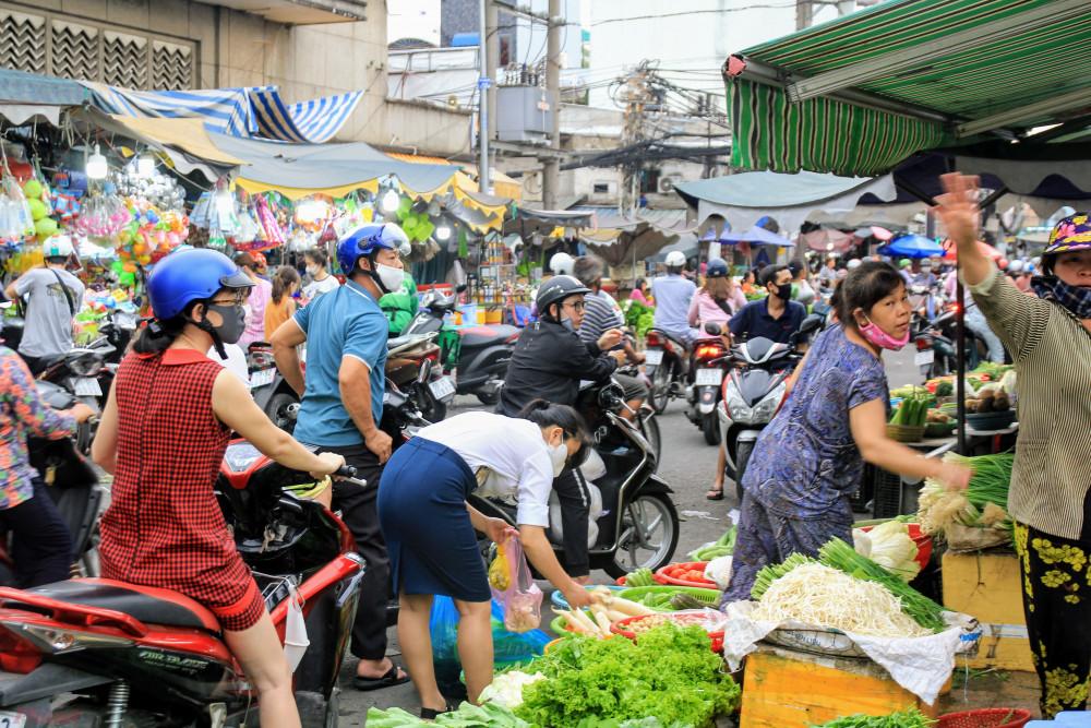 Tại chợ Bà Chiều vào khung giờ chiều, nhiều người đổ xô mua thực phẩm nhiều nhất ở nhóm hàng tươi sống, rau củ quả, trái cây.