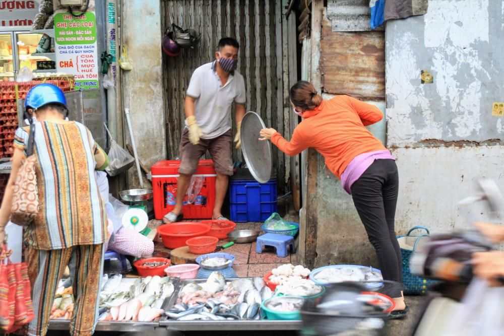 Theo quan sát của phóng viên, cũng gần 17h tuy nhiên nhiều hàng cá, rau, thịt vẫn còn ê hề hàng hoá, mặc dù lượng người đổ về khu chợ này khá đông.