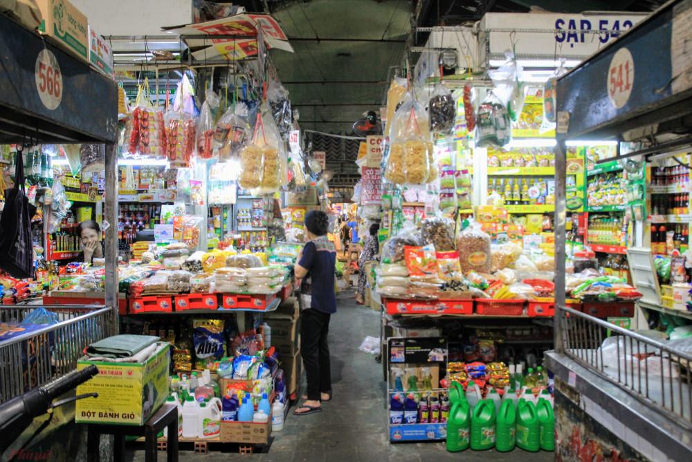 Khác hẳn với không khí mua bán bên ngoài chợ, bên trong chợ này khá vắng vẻ, tiểu thương dọn hàng, đóng sạp từ rất sớm vì không có khách.