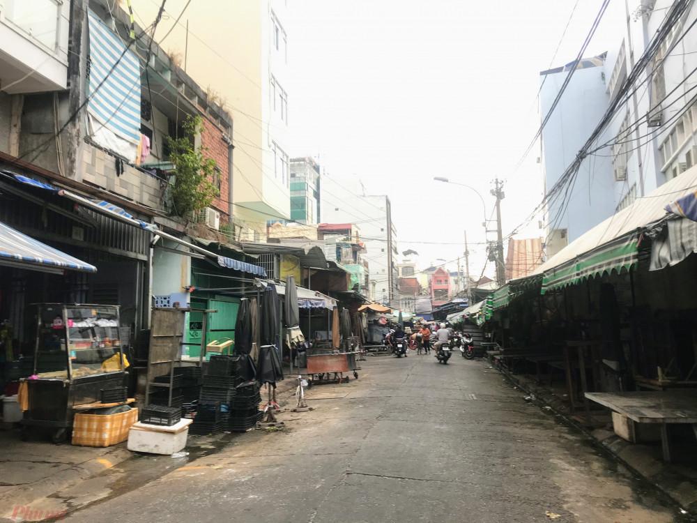 Tại con đường Mã Lộ sau chợ Tân Định thông thường khá tập nập tuy nhiên vào giờ chiều ghi nhận khá vắng vẻ, nhóm hàng thịt, cá trong chợ hầu như đã đóng cửa.