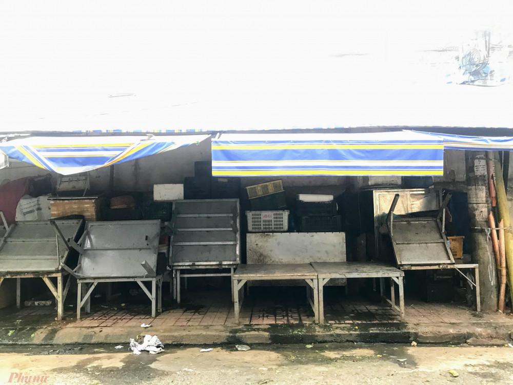 Nhiều hàng trước đây bán cá, tôm đã đóng sạp