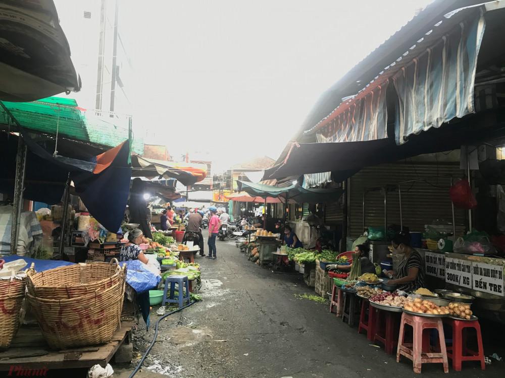 Một số hàng rau, củ, thịt nhỏ lẻ còn bán tuy nhiên rất ít người đến chợ.