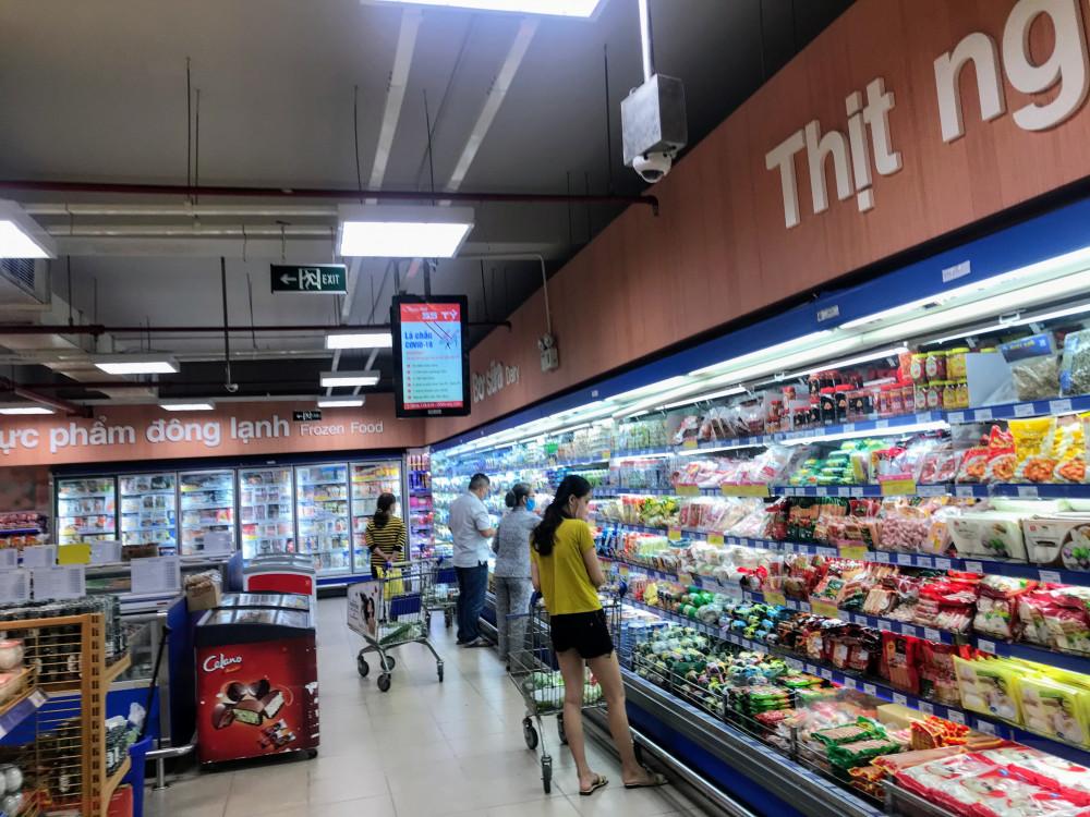 Còn tại các siêu thị trên địa bàn TPHCM theo quan sát của phóng viên hàng hoá sau thời gian nới lỏng giãn cách xã hội khá dồi dào, một số siêu thị vào giờ tan tầm nhưng cũng rất ít khách lui tới.