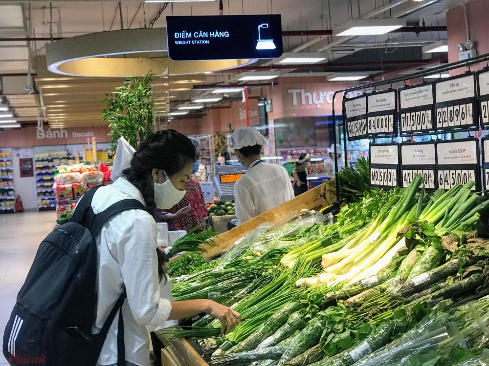 Tại Co.op Mart Rạch Miễu, quận Phú Nhuận tại mỗi quầy hàng một người mua, hàng hoá khá nhiều.