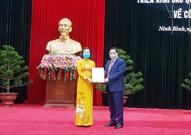 Đồng chí Phạm Minh Chính, Trưởng Ban tổ chức Trung ương, trao quyết định điều động, phân công đồng chí Nguyễn Thị Thanh giữ chức Phó trưởng Ban tổ chức Trung ương.