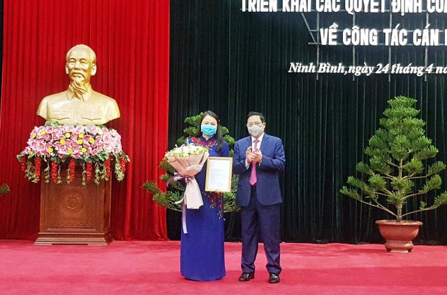 Đồng chí Phạm Minh Chính, Trưởng Ban tổ chức Trung ương, trao quyết định điều động, phân công đồng chí Nguyễn Thị Thu Hà giữ chức Bí thư Tỉnh ủy Ninh Bình.