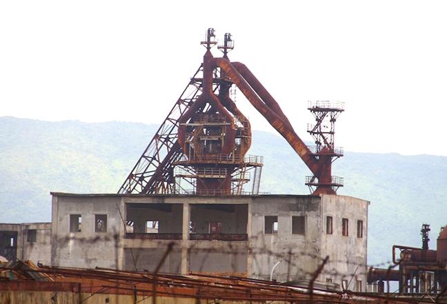 Bên trong nhà máy thép bỏ hoang