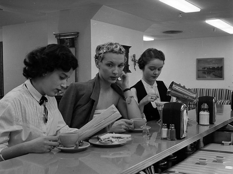 Trong một số trường hợp, tiệm salon tóc còn cung cấp bữa ăn đầy đủ. Câu lạc bộ Pamper ở thành phố New York vừa là salon tóc vừa là quán ăn tự phục vụ. Phụ nữ tại tiệm có thể thư giãn với những món ăn nhẹ trong khi cài tóc vào nếp và sấy khô.