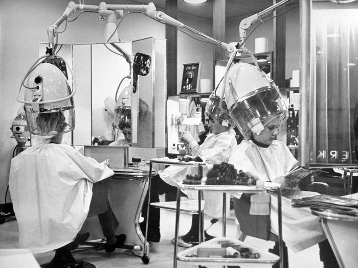 Lúc này, các tiệm salon tóc đã bày trí những chiếc máy hấp, sấy riêng lẻ cho mỗi khách thay vì ngồi thành một hàng dài như trước. Mỗi người được cung cấp một ít báo để thư giãn.