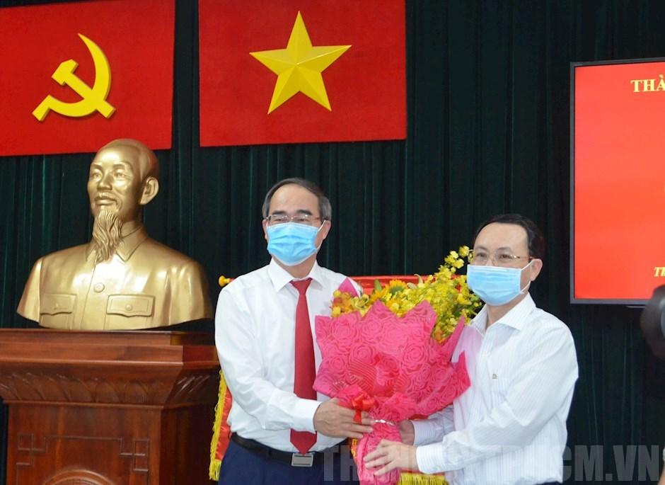 Bí thư Thành ủy TPHCM Nguyễn Thiện Nhân trao quyết định cho đồng chí Nguyễn Văn Hiếu