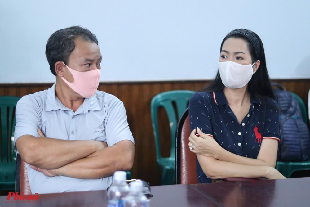 Nghệ sĩ Phương Bình (trái) và NS ƯT Trịnh Kim Chi (phải)