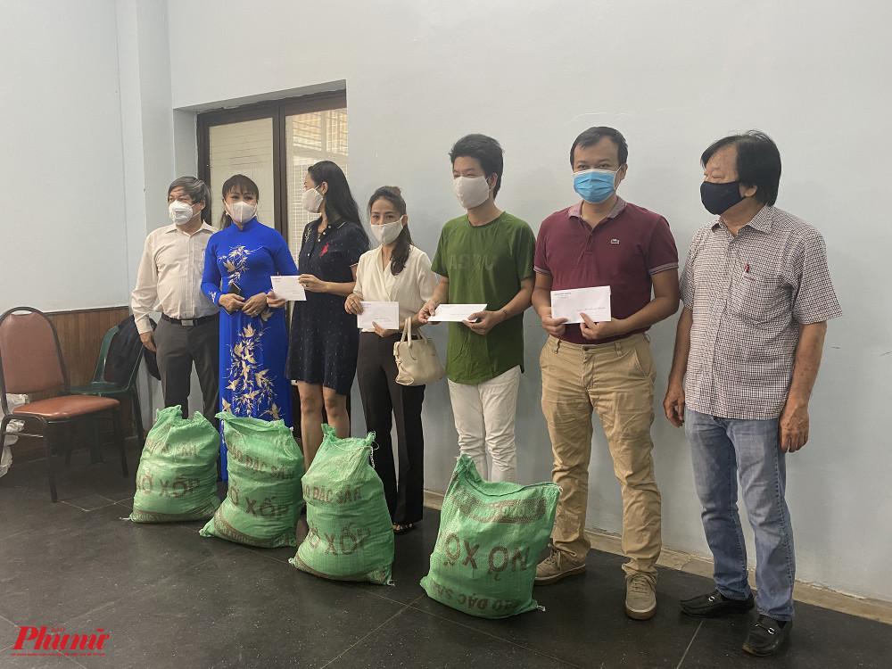 Mỗi đơn vị được nhận tiền và 100kg gạo
