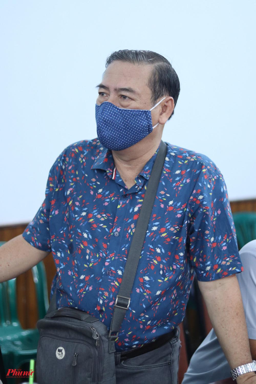 Nghệ sĩ Thành Hội, đại diện sân khấu kịch Hoàng Thái Thanh đến nhận quà hỗ trợ