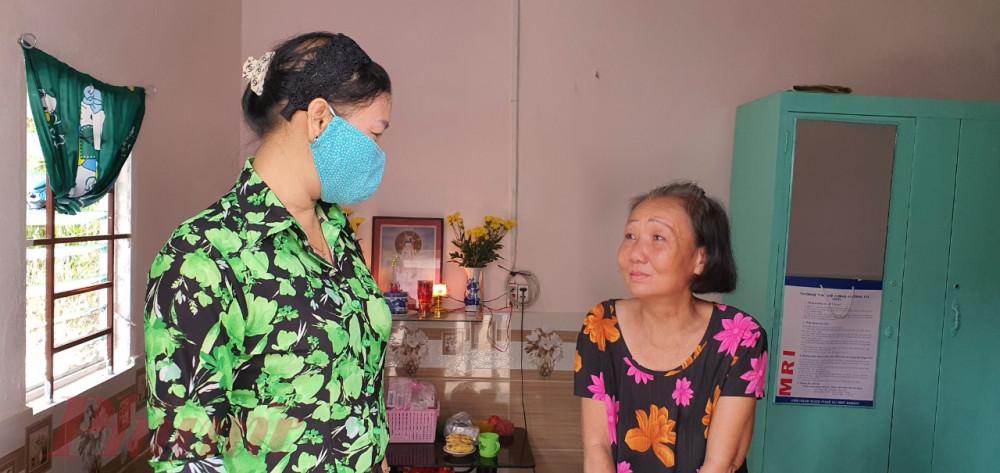 bà Trần Thị Phương Hoa - Phó Chủ tịch Hội LHPN TPHCM chúc mừng cô Cúc có được một căn nhà mới .