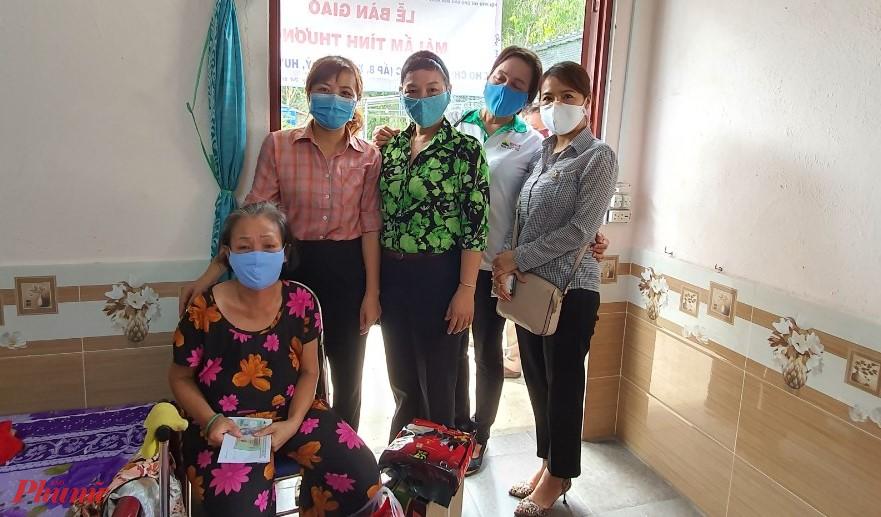 Hội LHPN xã Bình Mỹ, huyện Củ Chi cũng gửi phần quà đến gia đình cô Cúc/
