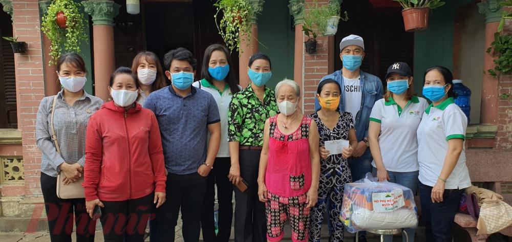 Hội Phụ nữ Chợ Đầu mối Nông sản Thực phẩm Hóc Môn Môn cũng đến thăm, tặng quà và tiền mặt 3 triệu đồng cho chị Nguyễn Thị Hạnh đang bị bệnh và phải chạy thận 3 lần/tuần.