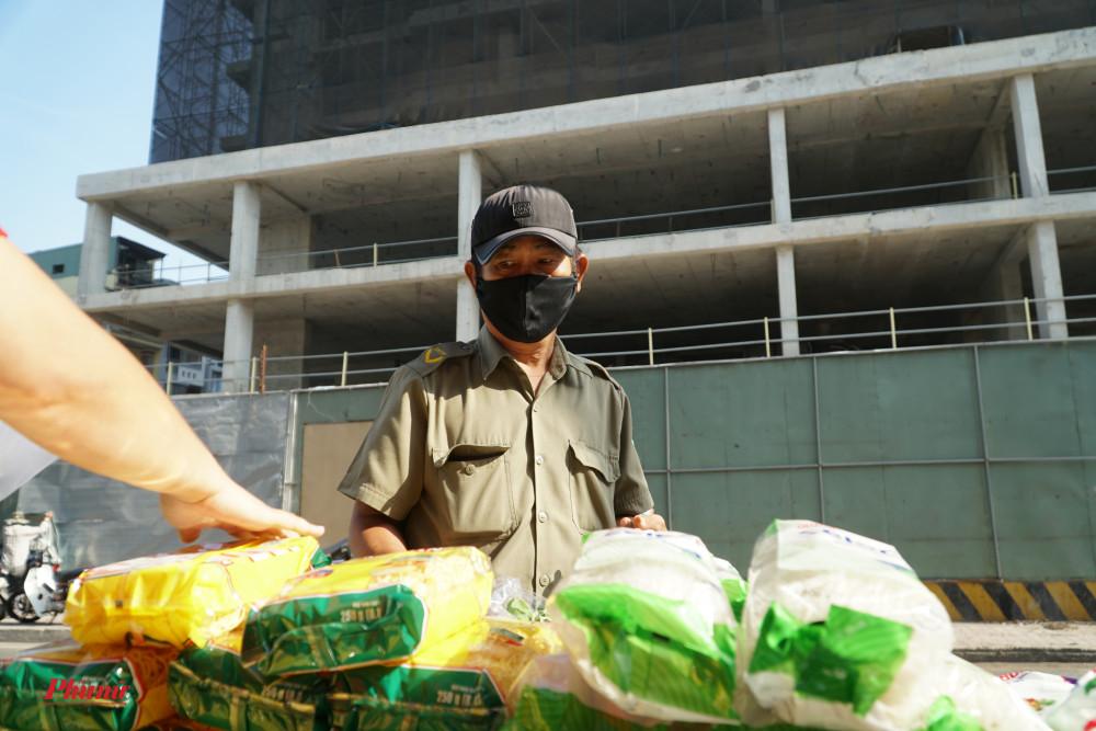 Lực lượng Bảo vệ dân phố cũng được hỗ trợ trong đợt phát quà này