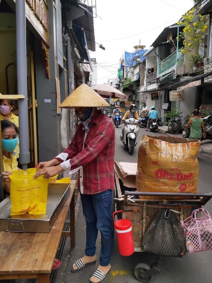 Hàng chục năm qua, địa chỉ Chùa Vĩnh Xương đã là quán cơm miễn phí giúp nhiều người dân