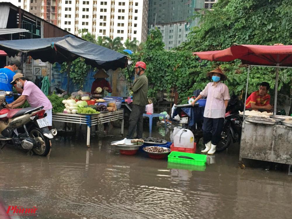 Nước ngập ven một khu chợ ở đường Phan Văn Đối, huyện Hóc Môn