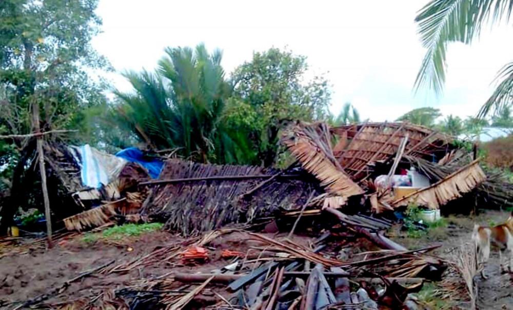"""Một căn nhà bị lốc xoáy """"quăng"""" xuống sông."""