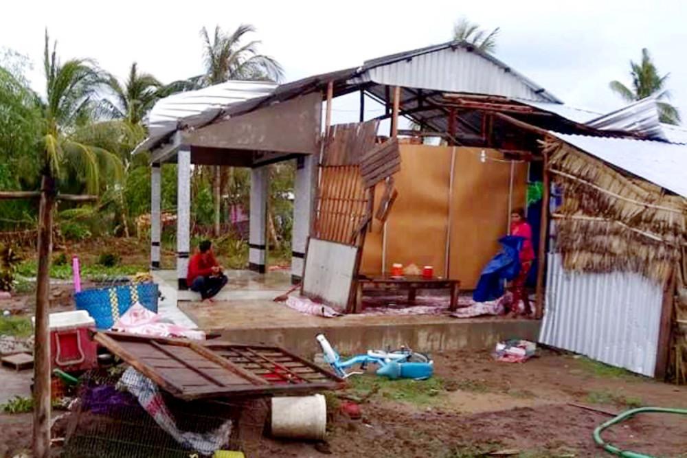 Một gia đình thẫn thờ bên căn nhà bị thiệt hai nặng sau cơn giông lốc quét qua